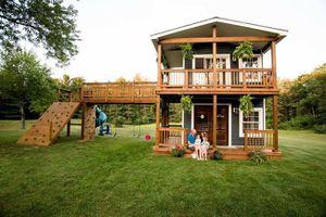Ông bố tự tay xây hẳn ngôi nhà chơi hai tầng để thỏa mãn niềm ước mơ của hai cô con gái