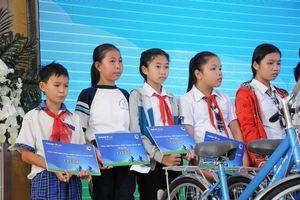 'Xe đạp đến trường' tới với trẻ em hiếu học hoàn cảnh khó khăn tại Vĩnh Long
