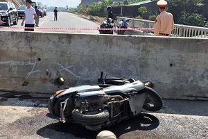 Thầy giáo nước ngoài nhập viện vì lao xe vào khối bê tông chắn ngang đường