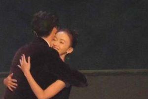 'Phó Hằng' và 'Ngụy Anh Lạc' khiến fan nức nở khi tình tứ trên sân khấu