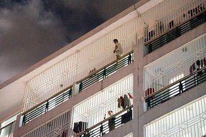 Thần kỳ người đàn ông thoát chết khi tuột tay gieo mình từ tầng 7