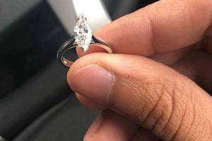 Nhặt được nhẫn kim cương gần 600 triệu đồng trên xe, tài xế taxi quyết trả lại chủ