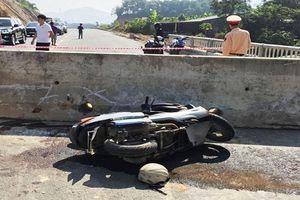 Tông vào khối bê tông ngang đường, thầy giáo nước ngoài bị thương nặng