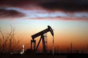 'Ông lớn' từ chối tăng sản lượng, giá dầu vọt lên cao nhất 4 năm
