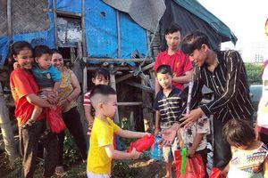 Nghệ An: Nhóm thiện nguyện trẻ trao quà trung thu cho trẻ em khuyết tật, người vô gia cư