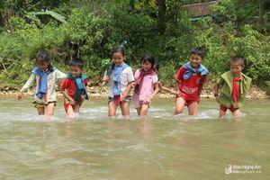 Học sinh vượt 'đường mòn' qua suối đến trường