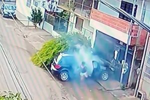 Bé gái 13 tuổi lái trộm ô tô của bố, đâm người kinh hoàng