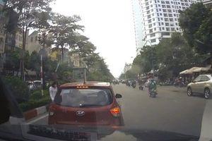 Nữ tài xế vừa đi vừa dừng bị lái xe phía sau tạt đầu 'dằn mặt'