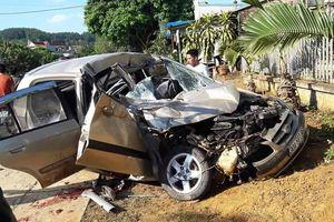 Xe con nát bươm sau khi tông vào đuôi xe tải, 4 người thương vong