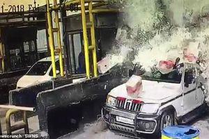 Clip: Xe tải chở bia lật nhào sau khi lao vào trạm thu phí