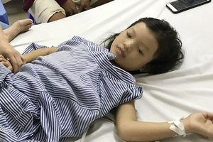 Đang chơi gần nhà, bé gái 7 tuổi bị đạn bắn xuyên lưng