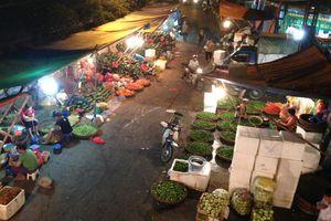 Ban quản lý chợ Long Biên: 'Chợ hoạt động thế này không có gì mà bảo kê cả'