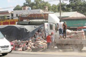 Hàng trăm bao xi măng đổ tràn đường, QL51 ùn tắc nghiêm trọng