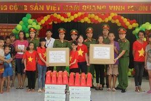 Bộ Tư lệnh CSCĐ thăm và tặng quà tại Trung tâm nuôi dưỡng người già và trẻ em tàn tật Hà Nội