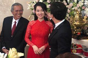 Chuyện showbiz: Trường Giang âu yếm, vuốt má Nhã Phương tại lễ cưới
