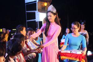 Hoa hậu Trần Tiểu Vy tặng quà cho trẻ em khó khăn đêm trong Trung thu