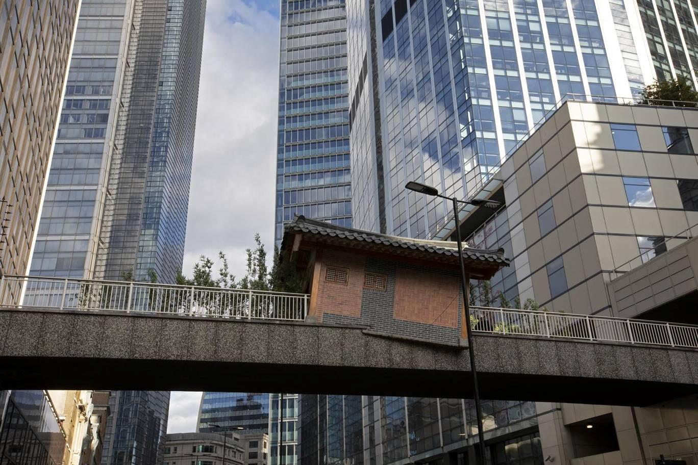 Nhà cổ Hàn Quốc bất ngờ 'hạ cánh' giữa cầu đi bộ London