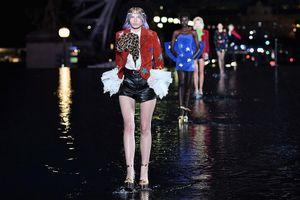 Người mẫu trình diễn trên sàn catwalk ngập nước ở Paris