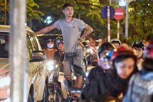Mưa 30 phút giờ tan tầm, đường Hà Nội ngập từ chiều đến đêm