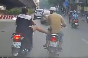 'Nữ quái' đầu trần tung chân đạp nam thanh niên giữa phố Hà Nội