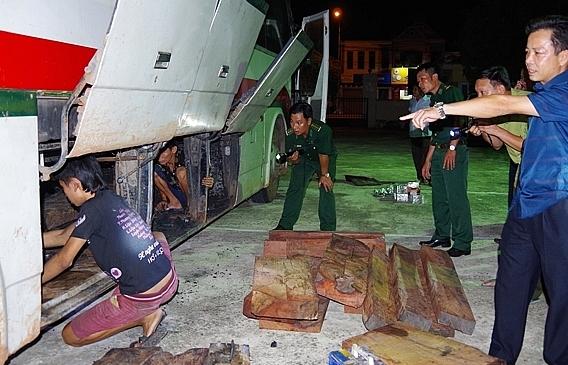 Bắt xe khách chở gỗ lậu, pháo nổ từ Quảng Trị ra Bắc