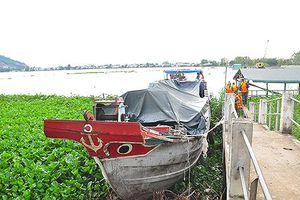 Chủ ghe chở lậu nhảy sông trốn khi bị phát hiện