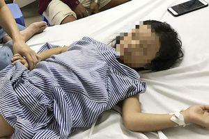 Gắp mảnh đạn đâm xuyên ngực bé gái 7 tuổi