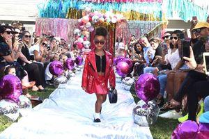 Con gái rượu của Kim Kardashian lần đầu tiên sải bước trên sàn diễn thời trang