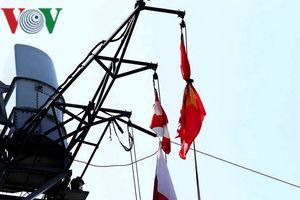 Tàu Hải quân Hoàng gia Canada treo cờ rủ khi thăm TP.Đà Nẵng