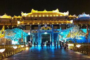 Huế: Cột đèn gang thép thay mới bằng cột đèn bê tông hoa văn cổ tại Hoàng Thành