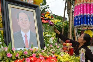 Người Ninh Bình lập bàn thờ bên đường đón linh cữu Chủ tịch nước
