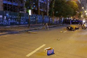 Thanh sắt giàn giáo rơi xuống đường, 1 phụ nữ tử vong