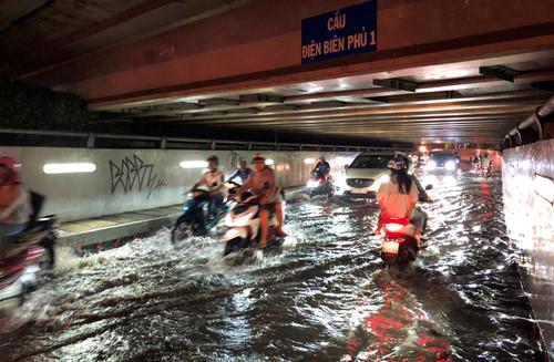 Kỳ lạ hầm chui ven kênh bị ngập nặng sau cơn mưa