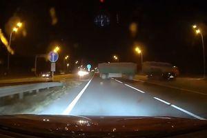 Ôtô con đâm thẳng vào xe tải ở tốc độ hơn 200 km/h
