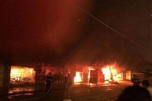 Dãy quán ăn ở ngoại thành Hà Nội bốc cháy dữ dội
