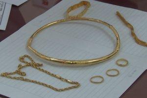 Giả vờ mua vàng, nữ quái nhanh tay lấy trộm lắc vàng hơn 100 triệu đồng