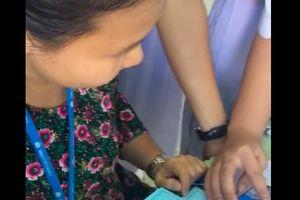Đáng yêu như cô giáo 'nhà người ta': Giờ ra chơi tranh thủ nhờ học sinh dạy chơi game điện tử