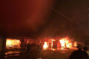 Cháy quán nhậu, lửa cuồn cuộn thiêu rụi cả dãy hàng quán