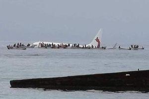 Máy bay chở khách trượt khỏi đường băng, chìm dưới nước