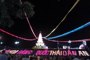 Lung linh lễ cầu siêu và hội hoa đăng tại Lễ hội mùa Thu Côn Sơn - Kiếp Bạc