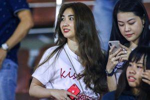 Bạn gái tin đồn của thủ môn Bùi Tiến Dũng đi cổ vũ Hà Đức Chinh