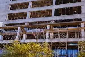 Từ vụ thanh sắt công trình xây dựng rơi xuống đường: Ai chịu trách nhiệm mạng sống của người dân?