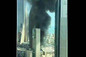 Cháy lớn ở cao ốc đang xây làm trụ sở ngân hàng Kuwait, khói đen kịt bầu trời