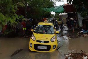 Tài xế taxi bị nước cuốn tử vong khi mở cửa xe khắc phục sự cố