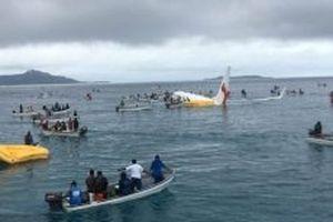 Máy bay rơi xuống biển, 47 người may mắn sống sót