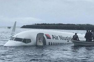 Máy bay chở 47 người trượt khỏi đường băng, lao thẳng xuống biển
