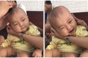Tan chảy trái tim cảnh bé trai 9 tháng cười tít mắt hưởng thụ khi được bố cắt tóc