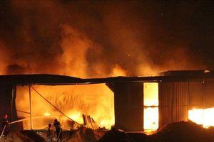 Cháy, nổ lớn khu nhà xưởng hơn 1.000m2 tại Bình Dương