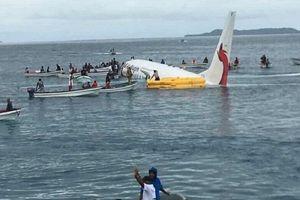 Clip: Máy bay Papua New Guinea chở 47 người lao thẳng xuống đầm phá