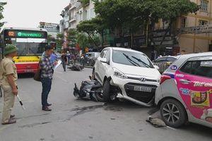 Hà Nội: Xe ô tô gây tai nạn liên hoàn trên phố khiến 2 người bị thương
